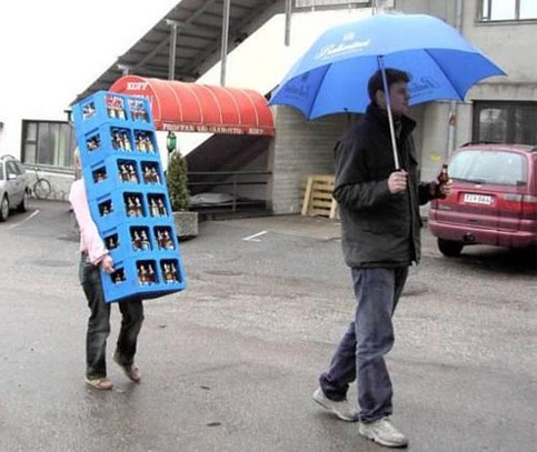 mann-trinkt-bier-frau-traegt-kisten.jpg